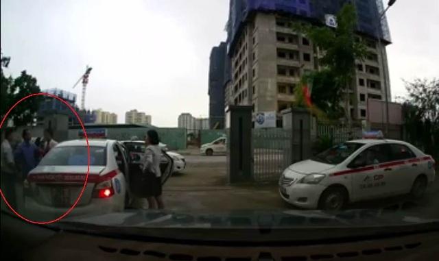Hai lái xe taxi đã cải vã và đánh nhau vì đón nhầm khách. Ảnh cắt từ clip.