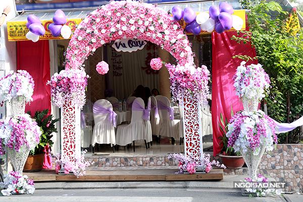 Ngôi nhà nhỏ lộng lẫy hơn ngày thường với cổng hoa sắc hồng lãng mạn.