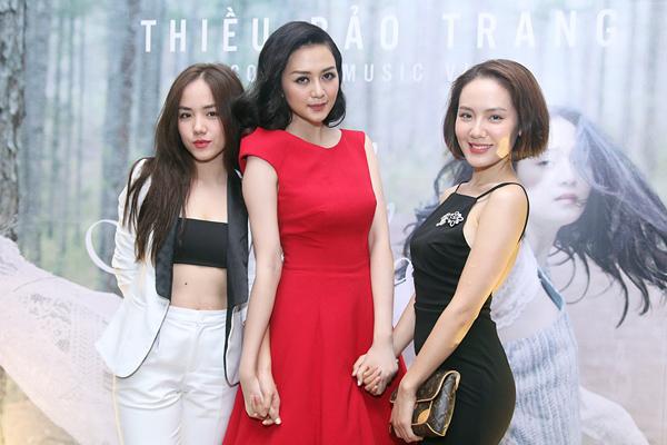 Chiều 18/5, Phương Linh (trái) và Phương Ly đến chia vui với Thiều Bảo Trang nhân dịp nữ ca sĩ này ra mắt hai MV mới. Bộ ba thân thiết nắm chặt tay nhau khi chụp ảnh.