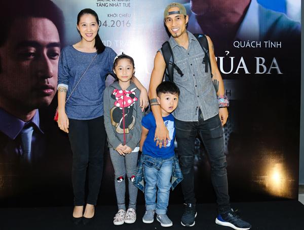 Phạm Anh Khoa vui vẻ bên vợ và hai con, tối 11/4. Đây là lần đầu hai nhóc tỳ của nam ca sĩ được bố cho đi sự kiện.