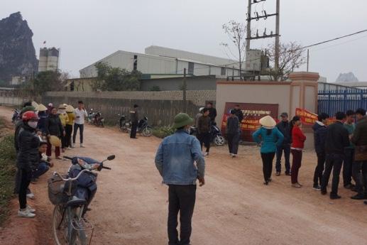 Suốt nhiều ngày qua người dân vây quanh nhà máy gây ô nhiễm