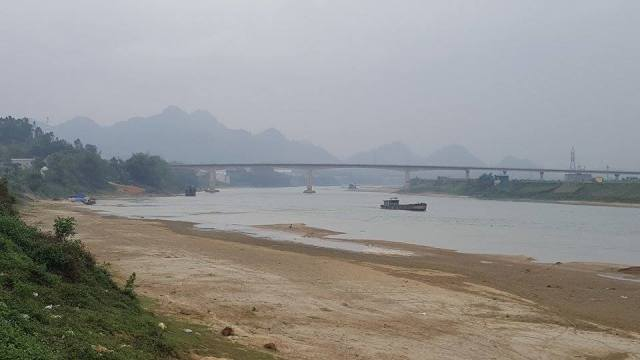 Tình trạng sạt lở đất canh tác của người dân xảy ra ngay chân cầu An Hòa (xã Vĩnh Lợi, huyện Sơn Dương, Tuyên Quang). Ảnh: Cao Tuân
