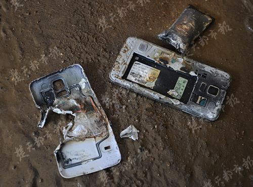 Hình ảnh chiếc điện thoại của anh Trương sau khi phát nổ
