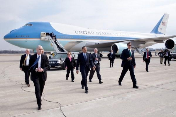 Lực lượng mật vụ và quân đội với khoảng 250 người đảm bảo an ninh cho Tổng thống Barack Obama trong mỗi chuyến công du.