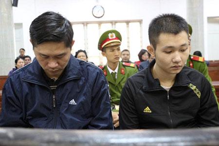 Bị cáo Tường và Khánh (phải) tại tòa. Ảnh: Bảo Lâm.