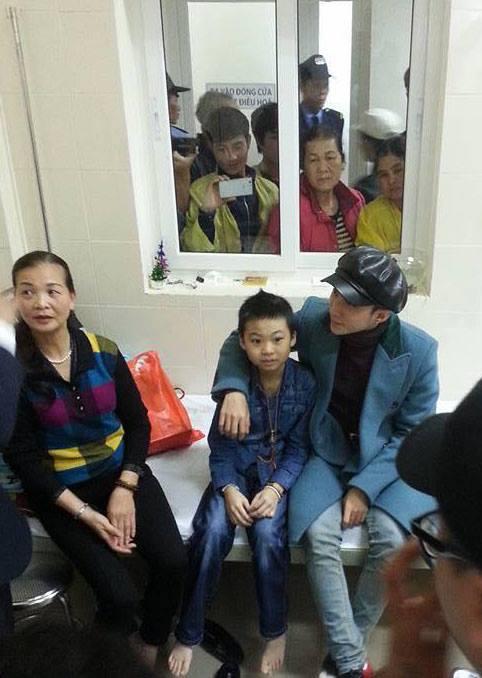 Chiều 14/1, Sơn Tùng đã đến gặp em Minh. Vì không muốn ầm ĩ trên mặt báo nên nam ca sĩ ăn mặc rất bình thường và tỏ ra kín tiếng với giới truyền thông. Ảnh: FB.