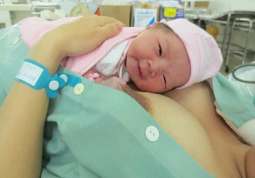 Bé sơ sinh tiếp xúc da với mẹ sớm sẽ nhanh chóng phục hồi sức khỏe và phát triển tốt hơn. Ảnh: skinbar.