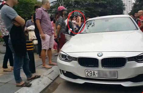 Bé gái được giải cứu sau khi người bố phải dùng búa để đập vỡ kính chiếc ô tô.