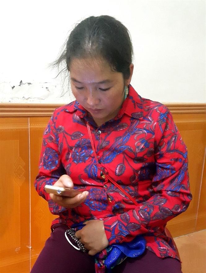 Hờ Y Xùa, 28 tuổi, người bản Phà Bún lên chức bà ngoại khi vừa 26 tuổi
