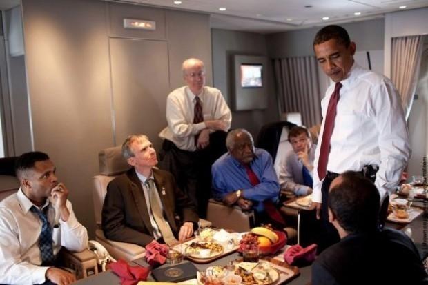 Ngoài chiếc Air Force One chở ông Obama và chuyên cơ của Ngoại trưởng Mỹ John Kerry, dự kiến 800 người tháp tùng đi trên 2-3 chuyên cơ khác đến Nội Bài vào rạng sáng 23/5.