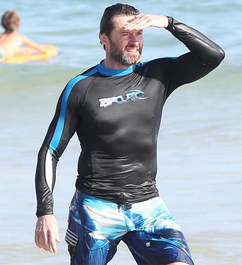 Hugh Jackman trên bãi biển hôm thứ 7.