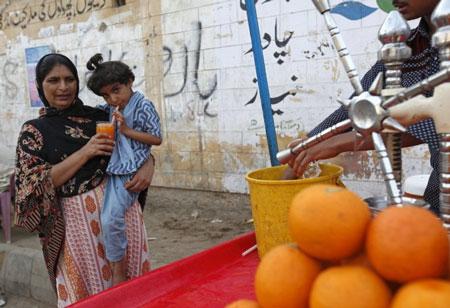 Pakistan là nơi có tiêu chuẩn vệ sinh an toàn thực phẩm kém - Ảnh: Reuters