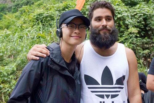 Đạo diễn King Kong phần 2 - Jordan Vogt-Roberts tới thăm trường quay của Ngô Thanh Vân tại Ninh Bình. Ảnh: ĐPCC