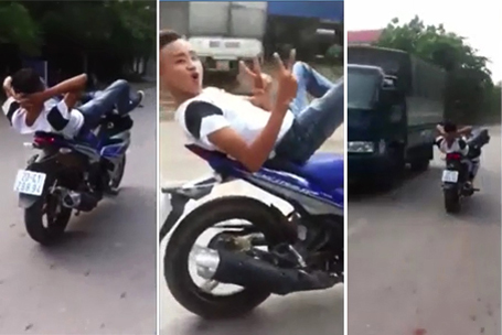 Hình ảnh nam thanh niên điều khiển xe máy bằng chân trên đường (Ảnh cắt từ clip)