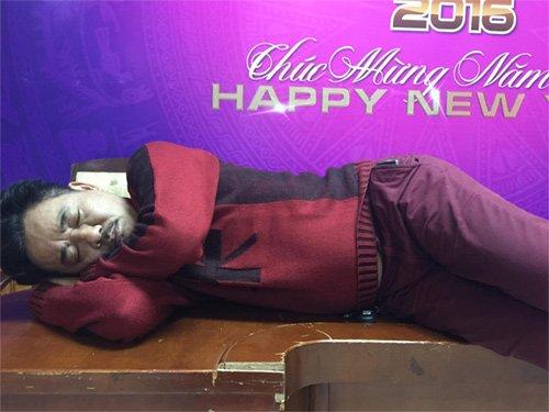 Ngọc hoàng Quốc Khánh nằm trên bàn gỗsay giấc ngủ