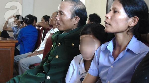Bé gái ngồi giữa (áo trắng) vẫn còn bị ám ảnh về hành vi đồi bại của người chú.
