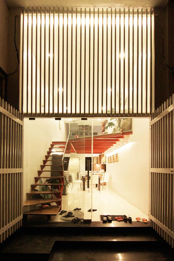 Màu sắc chủ đạo của căn nhà là màu trắng. Trong ảnh là không gian tổng quát của tầng 1, chụp từ ngoài cửa vào.