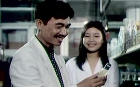 Cảnh anh kỹ sư Thi (Quốc Khánh) đi mua quà tặng người yêu. Sau một hồi nâng lên đặt xuống, anh quyết định mua cho người yêu một lọ nước hoa to bằng... ngón tay.