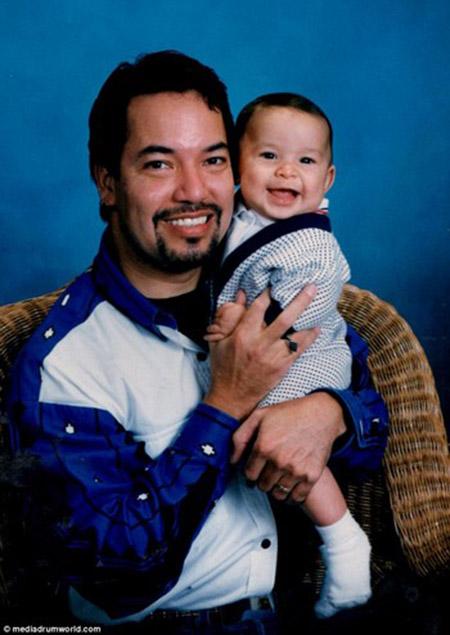 Tiamat khi vẫn còn là một người đàn ông trong hình ảnh của Richard Hernandez, chụp ảnh cùng con trai của mình Marcos Hernandez vào tháng 4/1997,