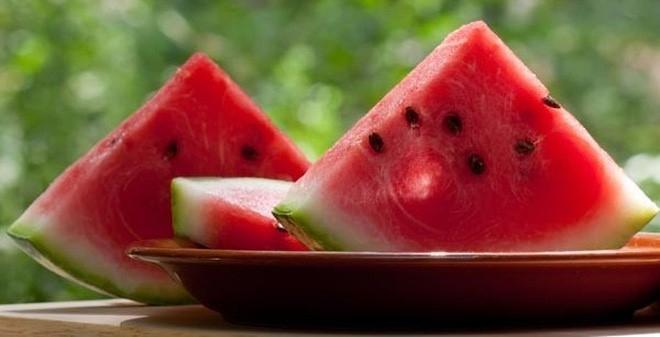 Ăn dưa hấu bổ ra từng miếng tốt hơn ăn bằng thìa. Ảnh: HL.