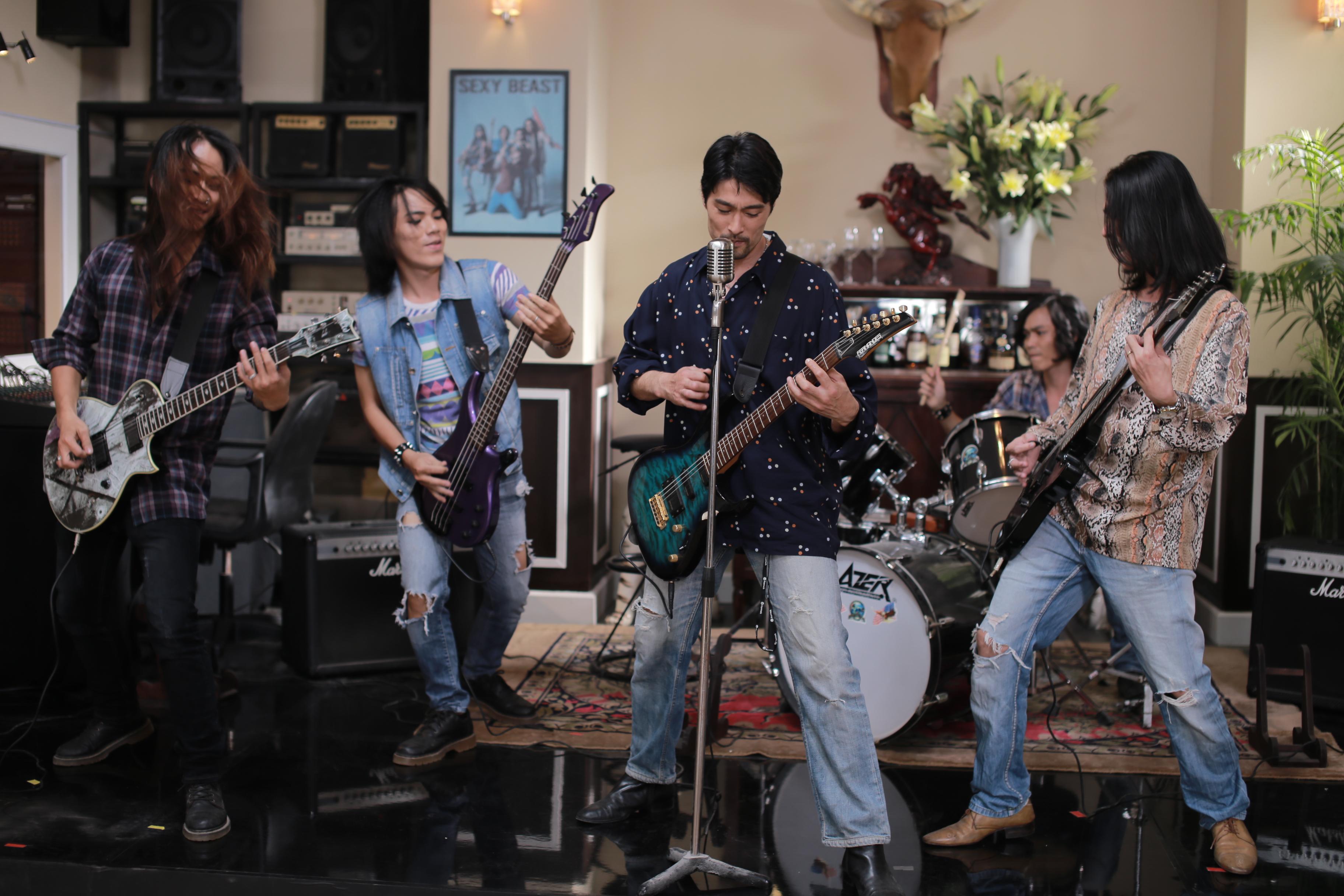 Trong phim, Johny Trí Nguyễn vào vai Gia Nghị - Trưởng ban nhạc rock đình đám.