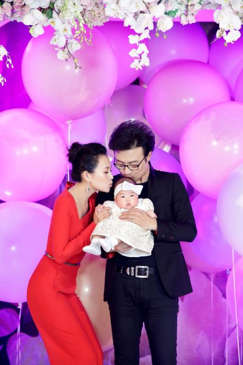 Tối qua 10/4, vợ chồng Chương Tử Di và Uông Phong tổ chức đại tiệc ở Bắc Kinh, mừng con gái tròn 3 tháng 10 ngày tuổi.