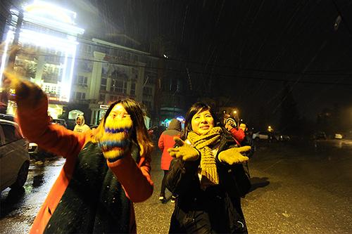 Du khích phấn khích hứng bông tuyết rơi ở Sa Pa. Ảnh:Giang Huy.