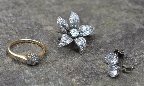 Nhẫn, hoa tai và ghim cài áo đính kim cương giấu bên dưới chiếc ghế. Ảnh:Telegraph.