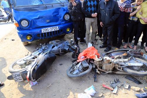 Chiếc xe tải đâm vào 3 xe máy khác, khiến 7 người thương vong. Ảnh: Gia Chính