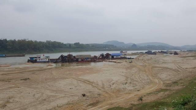 Hình ảnh các tàu khai thác cát của Doanh nghiệp Thượng Phú và Bình Thuận diễn ra ồ ạt trên dòng sông Lô. Ảnh: Cao Tuân