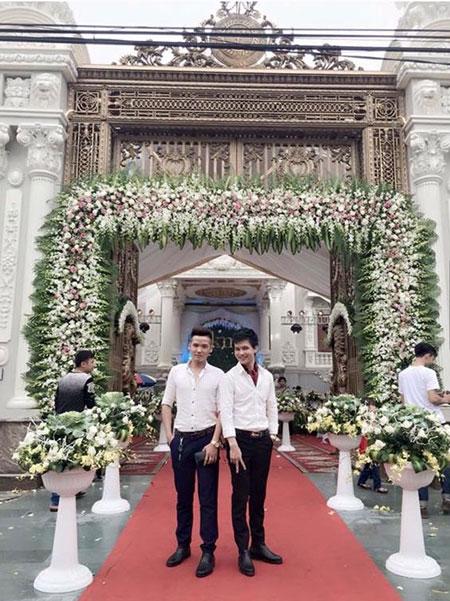 Số hoa tươi trang trí tại tiệc cưới không ai đoán nổi giá trị thực tế và sân khấu hoành tráng rực rỡ trong toà lâu đài to vật vã như công viên