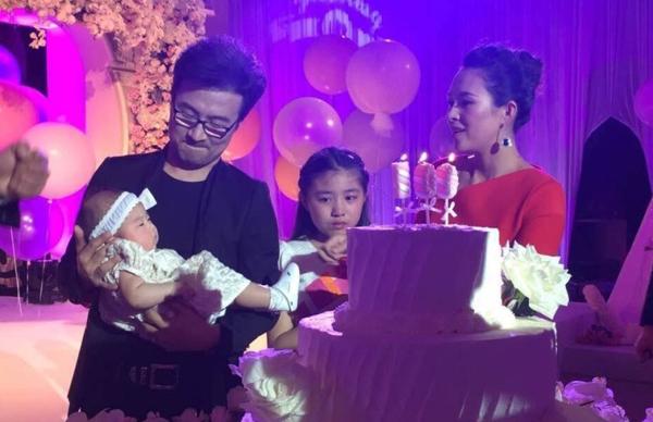 Gia đình mỹ nhân Thập diện mai phục cùng thổi nến chúc mừng công chúa nhỏ.