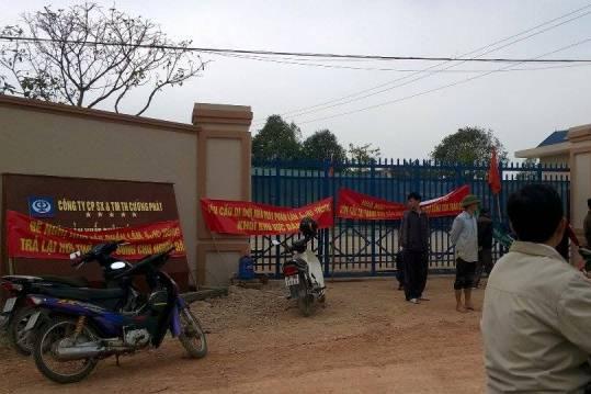 Người dân kéo đến vây quanh nhà máy với nhiều băng rôn, khẩu hiệu yêu cầu công ty di dời đi nơi khác