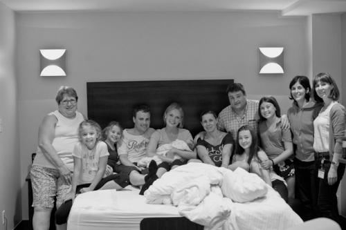Vợ chồng chị Hilde cùng vợ chồng, con của người mang thai hộ và ekip chụp hình.