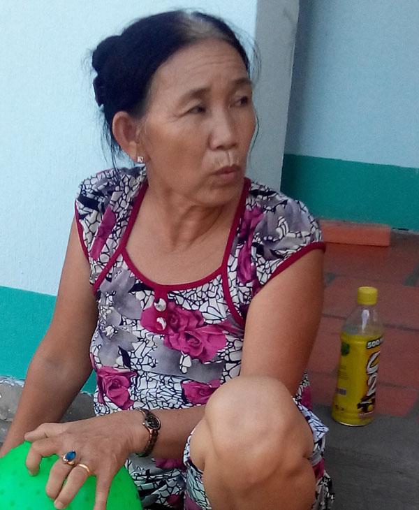 Bà Linh trao đổi với người viết