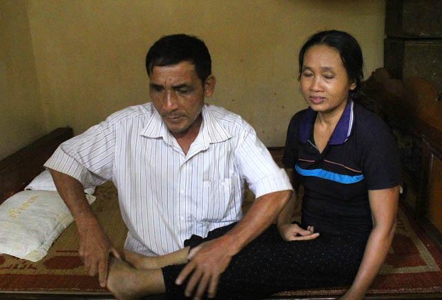 Ông Sơn tranh thủ bóp chân cho vợ của mình. Ảnh: Phan Ngọc