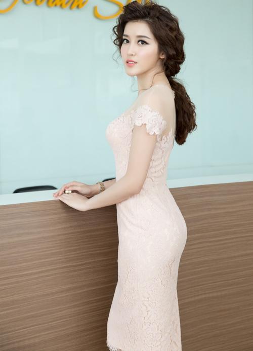 Cô diện váy ren trễ vai màu hồng pastel của nhà thiết kế Lê Thanh Hòa, khoe làn da trắng ngần và những đường cong quyến rũ.