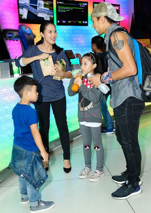 Cả gia đình chàng rocker ăn mặc đơn giản, thoải mái. Con gái Phạm Anh Khoa là bé Cào Cào, năm nay 7 tuổi còn con trai là bé Châu Chấu, 5 tuổi.