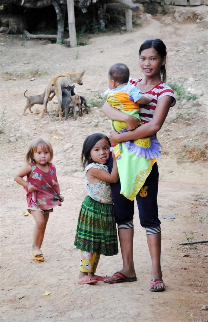 Những đứa con nheo nhóc bên bà mẹ trẻ