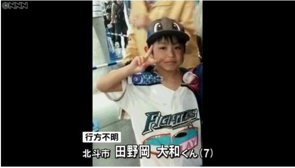 Cậu bé 7 tuổi đã bị cha mẹ phạt ở lại trong rừng sau khi cậu không nghe lời cha mẹ.