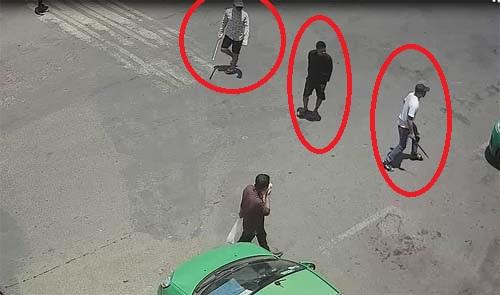 Camera an ninh ghi rất rõ hình ảnh những người tham gia vụ truy sát tại bến xe. Ảnh: Cắt từ video.