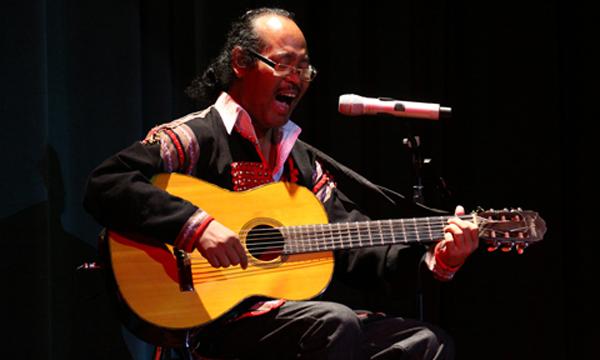 Nhạc sĩ Y Moan cũng được trao kỷ niệm chương của giải Âm nhạc Cống hiến năm 2011.