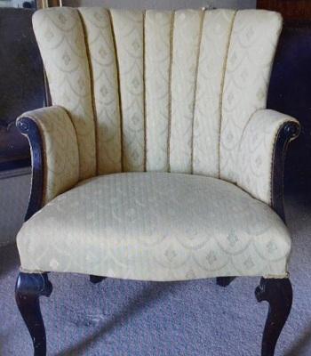 Chiếc ghế được vợ chồng Angela và Angus mua tại một cuộc bán đấu giá với số tiền 6,6 USD. Ảnh: Telegraph.