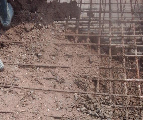 Hình ảnh bê tông lẫn đất khi đổ móng cột điện cao thế. Ảnh cắt từ clip