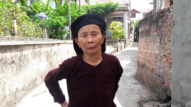Cụ Lê Thị Bút (83 tuổi, ở thôn Thanh Mạc, xã Thanh Đa, Phúc Thọ, Hà Nội) kể lại vụ mất trộm giữa ban ngày. Ảnh: C.T