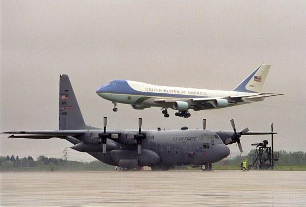 Máy bay không vận quân sự chuyển hàng chục phương tiện tới các thành phố mà Tổng thống Mỹ công du.