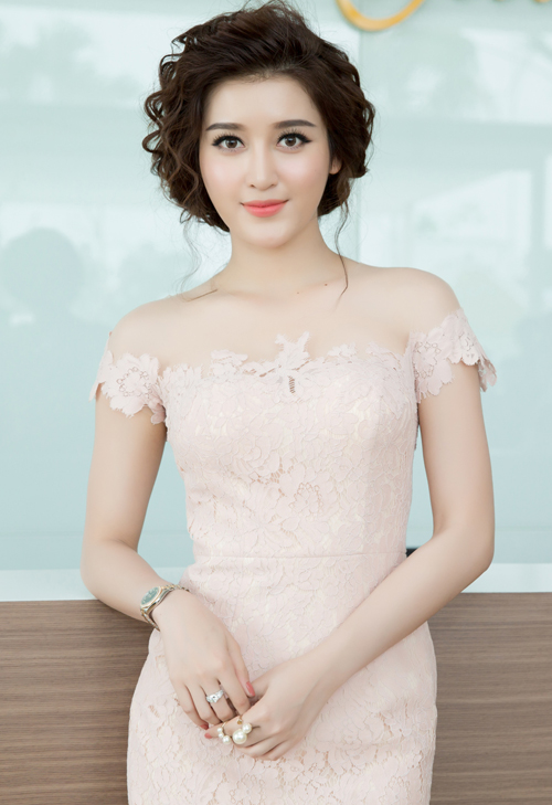 Huyền My được nhiều người khen ngày càng xinh đẹp, gợi cảm từ sau khi đăng quang Á hậu Việt Nam 2014.