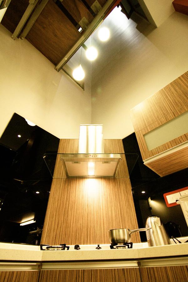 Khu bếp nhỏ hiện địa với các ngăn tủ bố trí hợp lý để tận dụng được tối đa không gian.