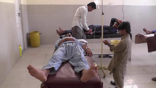 Nạn nhân được điều trị tại bệnh viện Nishtar, TP Multan. Ảnh: Ikram Paracha