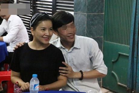 Diễn viên Ngọc Trinh từng bị ném đá vì bất đắc dĩ chụp ảnh cùng khán giả trong đám tang